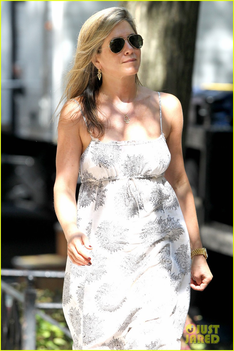 jennifer aniston continues squirrels to the nuts filming 10