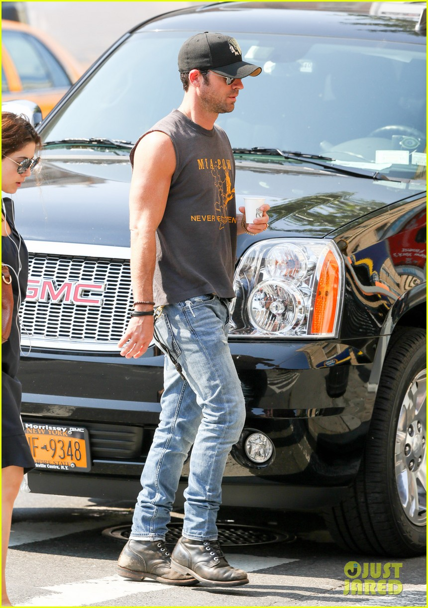 jennifer aniston walks dog gets justin theroux visit on set 05
