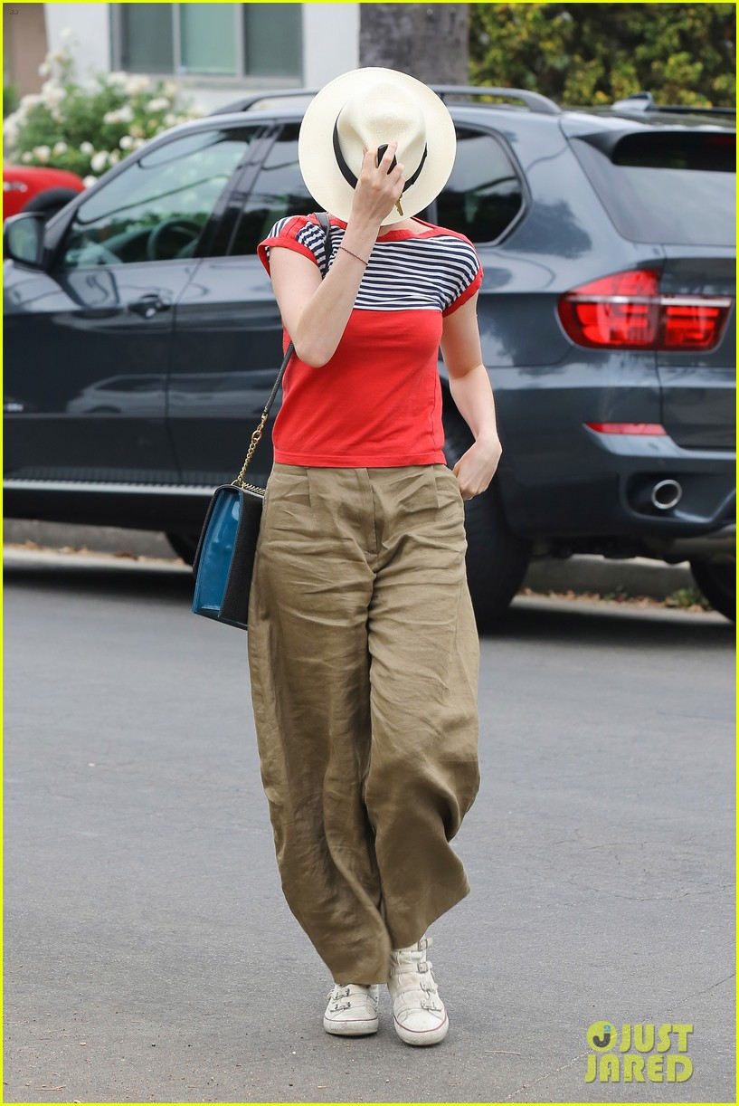 anne hathaway visits friends in beverly hills 12
