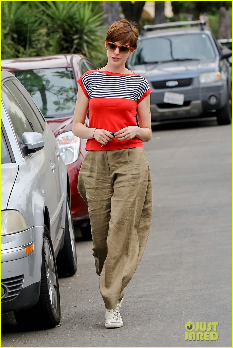 anne hathaway visits friends in beverly hills 13