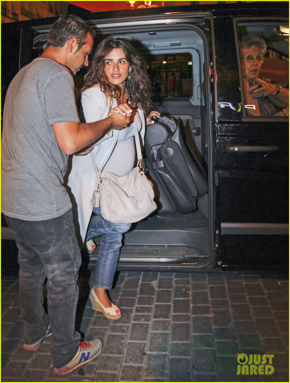 pregnant penelope cruz javier bardem dine out with family 01