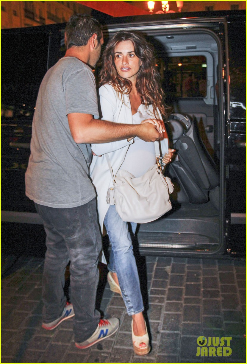 pregnant penelope cruz javier bardem dine out with family 06