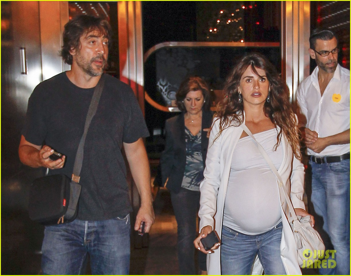 pregnant penelope cruz javier bardem dine out with family 15