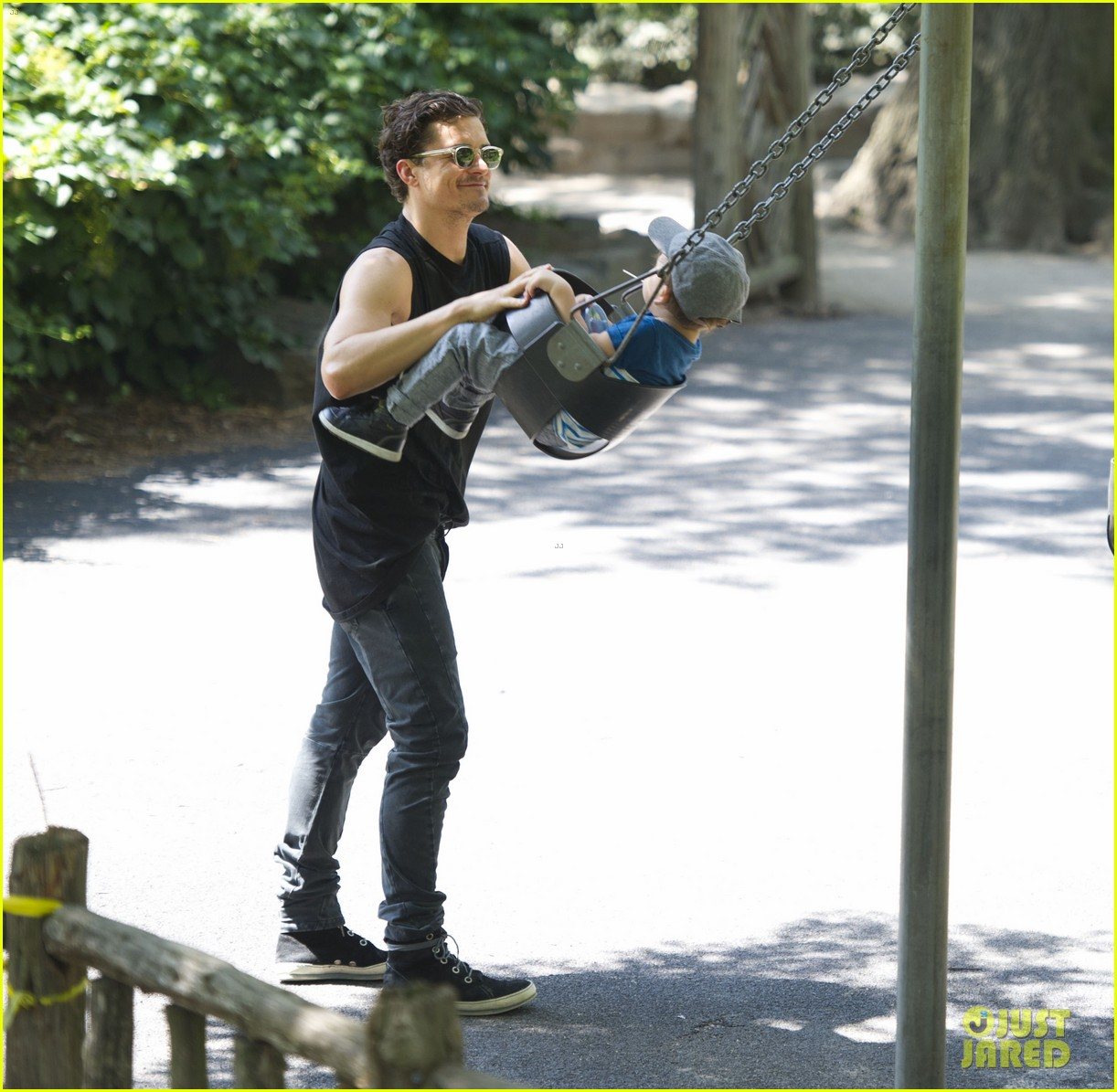 orlando bloom central park playtime with flynn 01