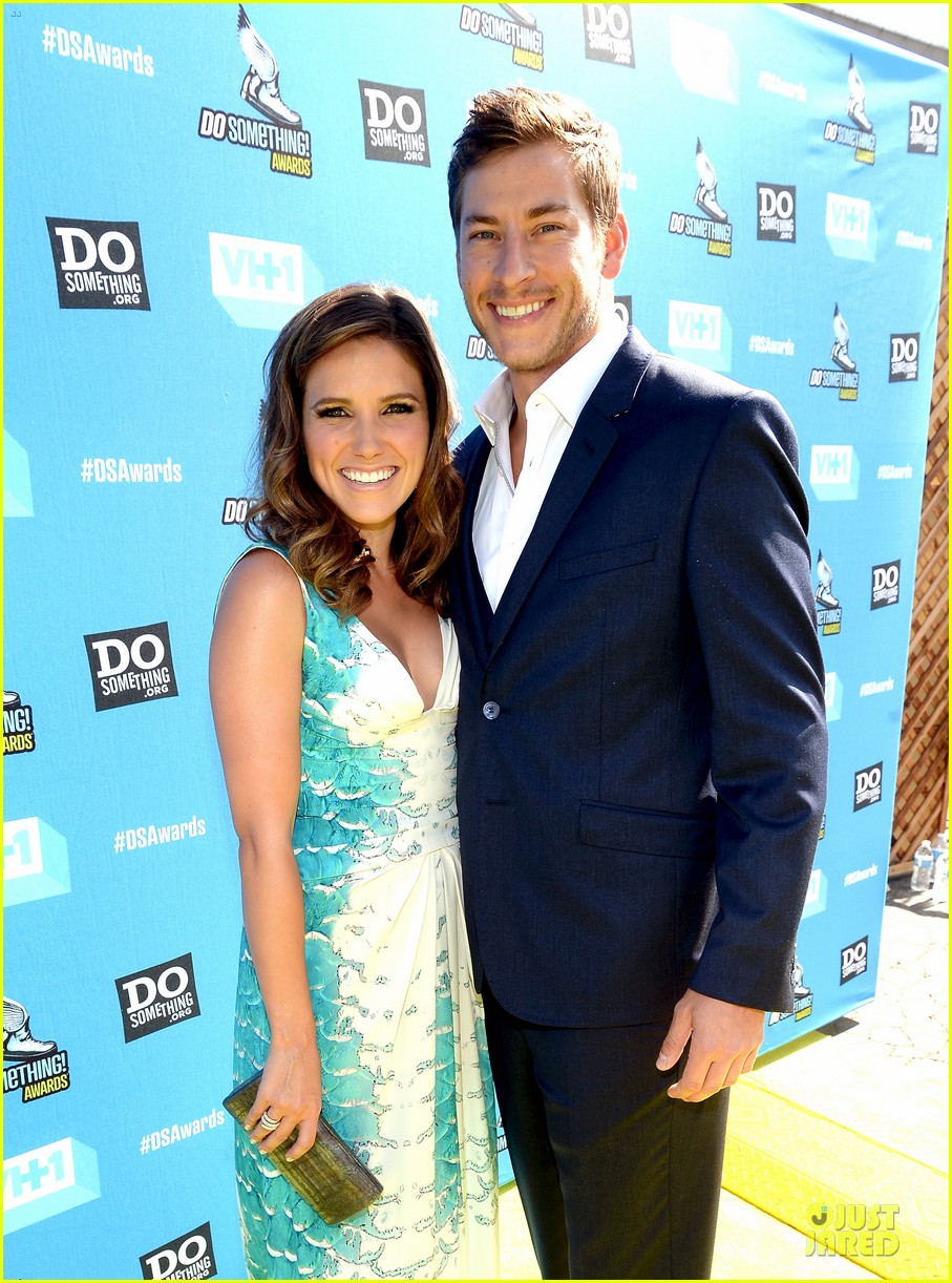 sophia bush dan fredinburg do something awards host 02