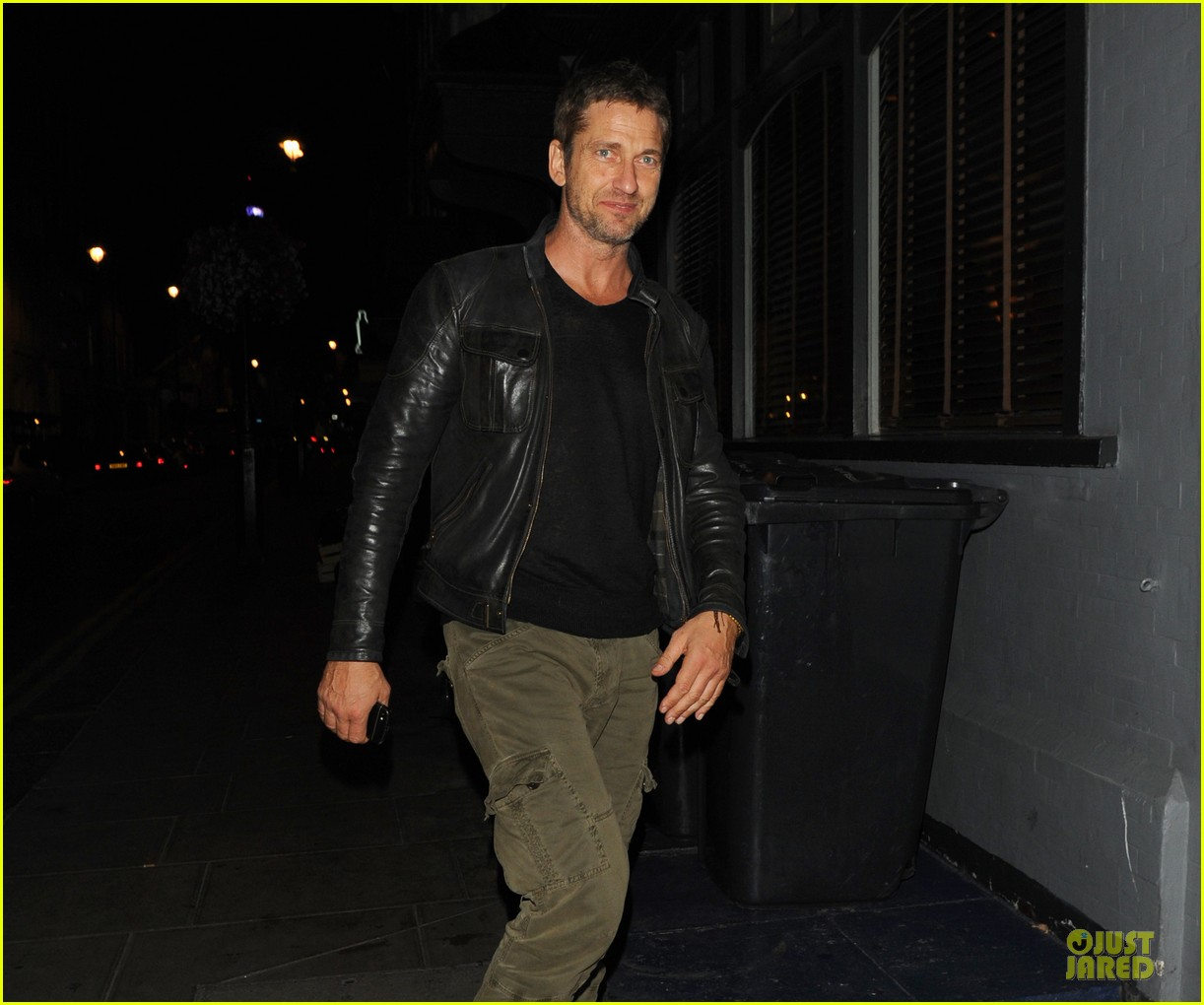 gerard butler reaches 1 million facebook fans 06