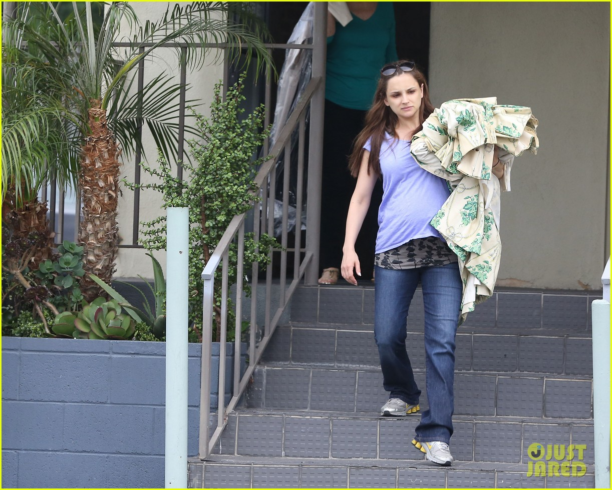 rachael leigh cook donates clothes to goodwill 05