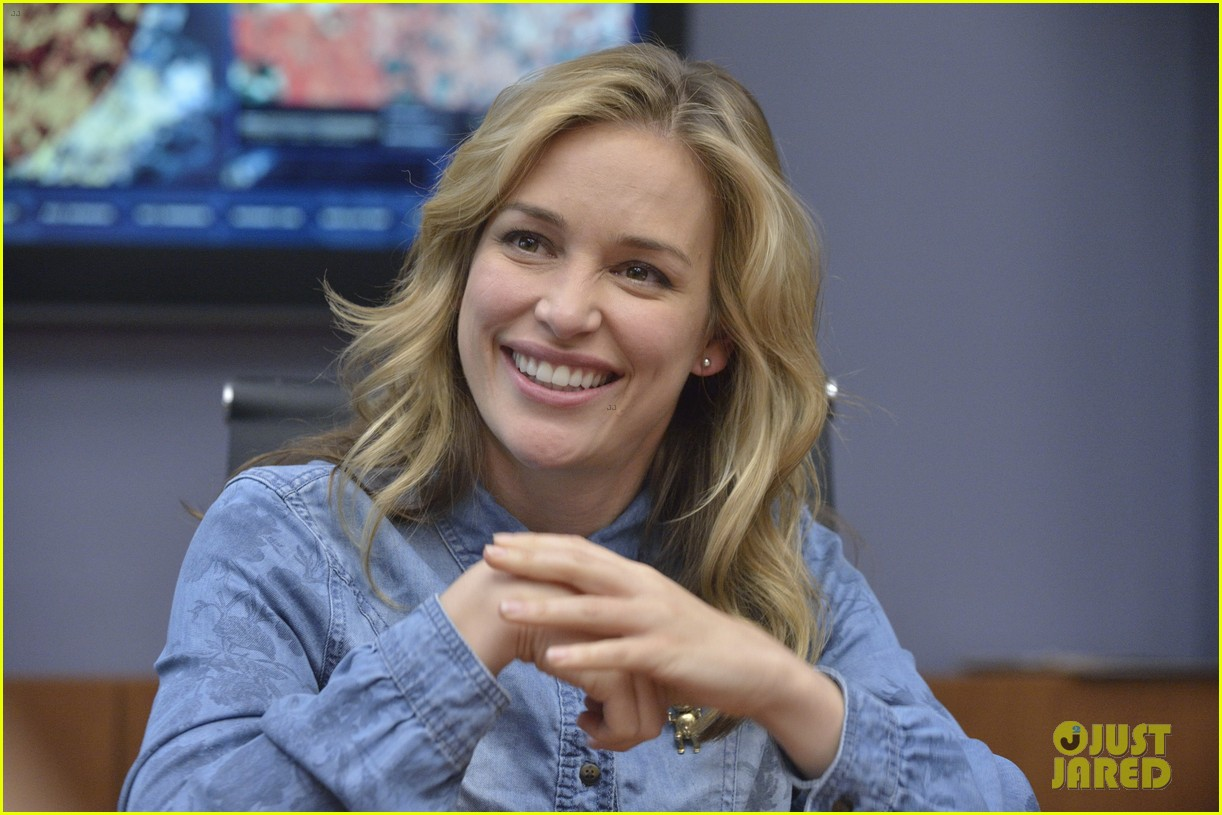 covert affairs season 4 5 things to know just jared set visit 012910095