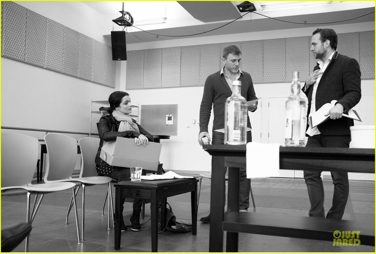 daniel craig rachel weisz betrayal rehearsal with rafe spall 01