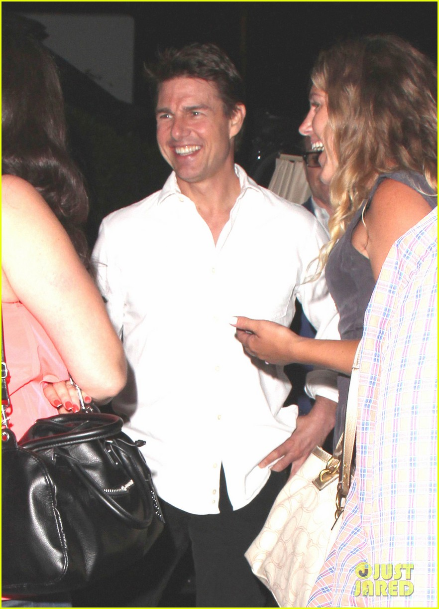 tom cruise chats up the ladies 022905435