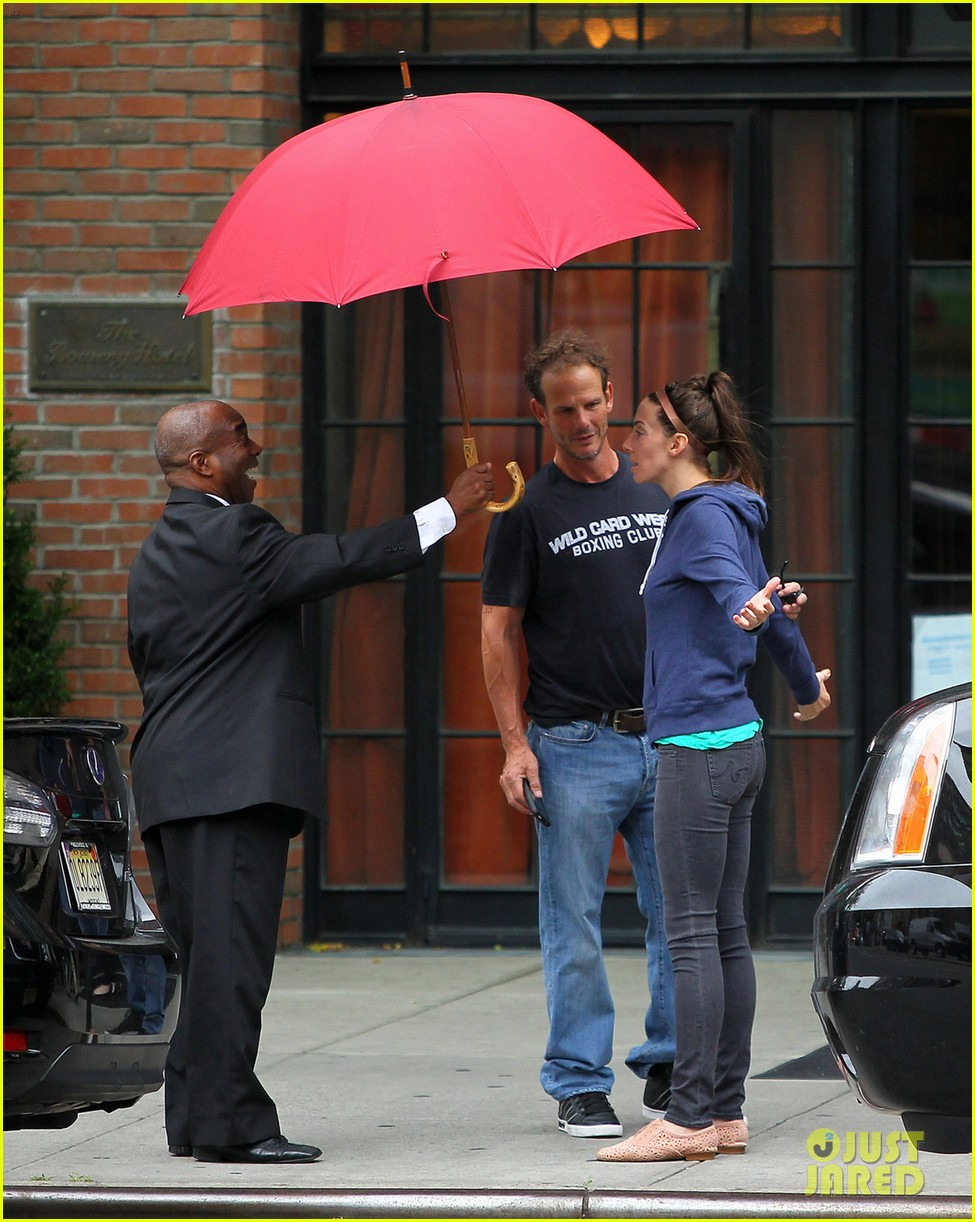 whitney cummings peter berg cuddling couple in nyc 03