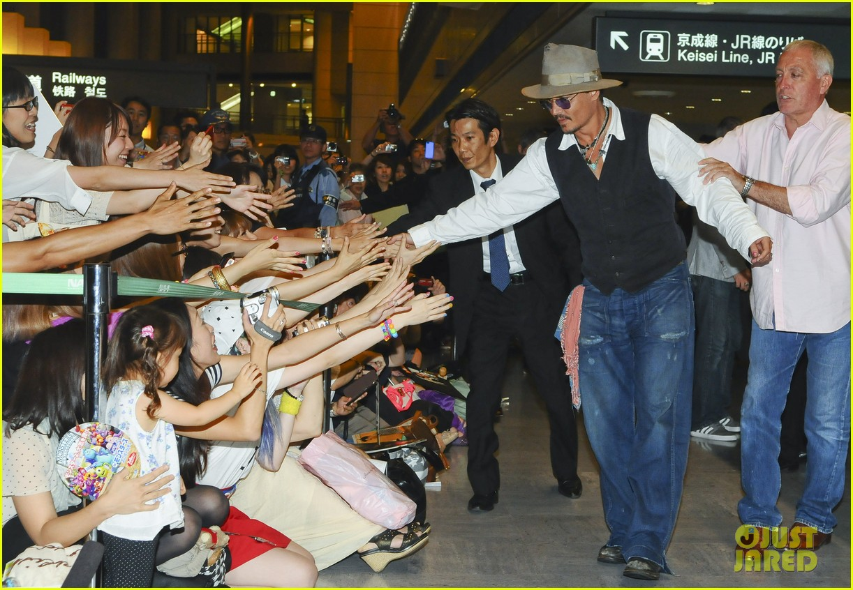 johnny depp japan arrivial with amber heard 04