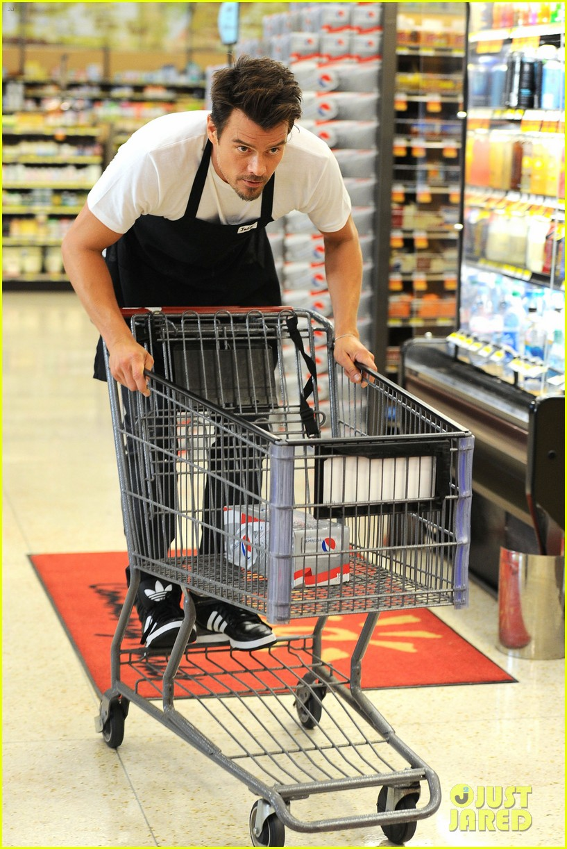 josh duhamel rides in shopping cart for diet pepsi event 052909891