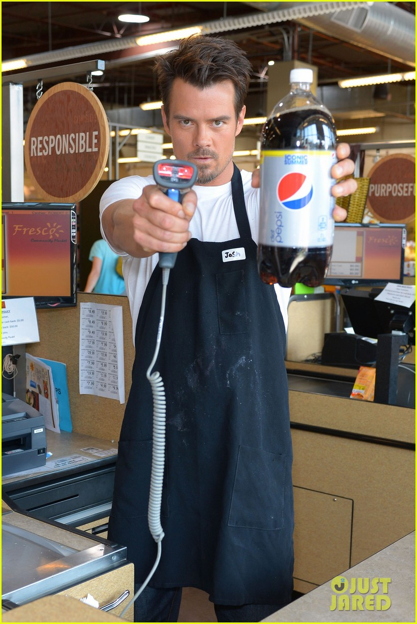 josh duhamel rides in shopping cart for diet pepsi event 10