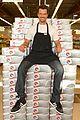 josh duhamel rides in shopping cart for diet pepsi event 01