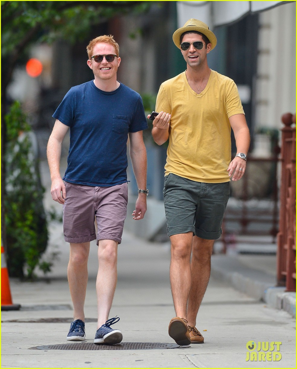 jesse tyler ferguson justin mikita newlyweds in new york 01