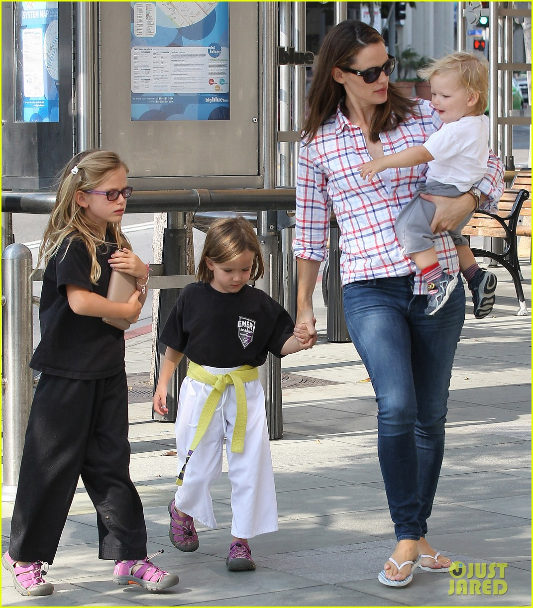 jennifer garner is back with the kids after big apple trip 01
