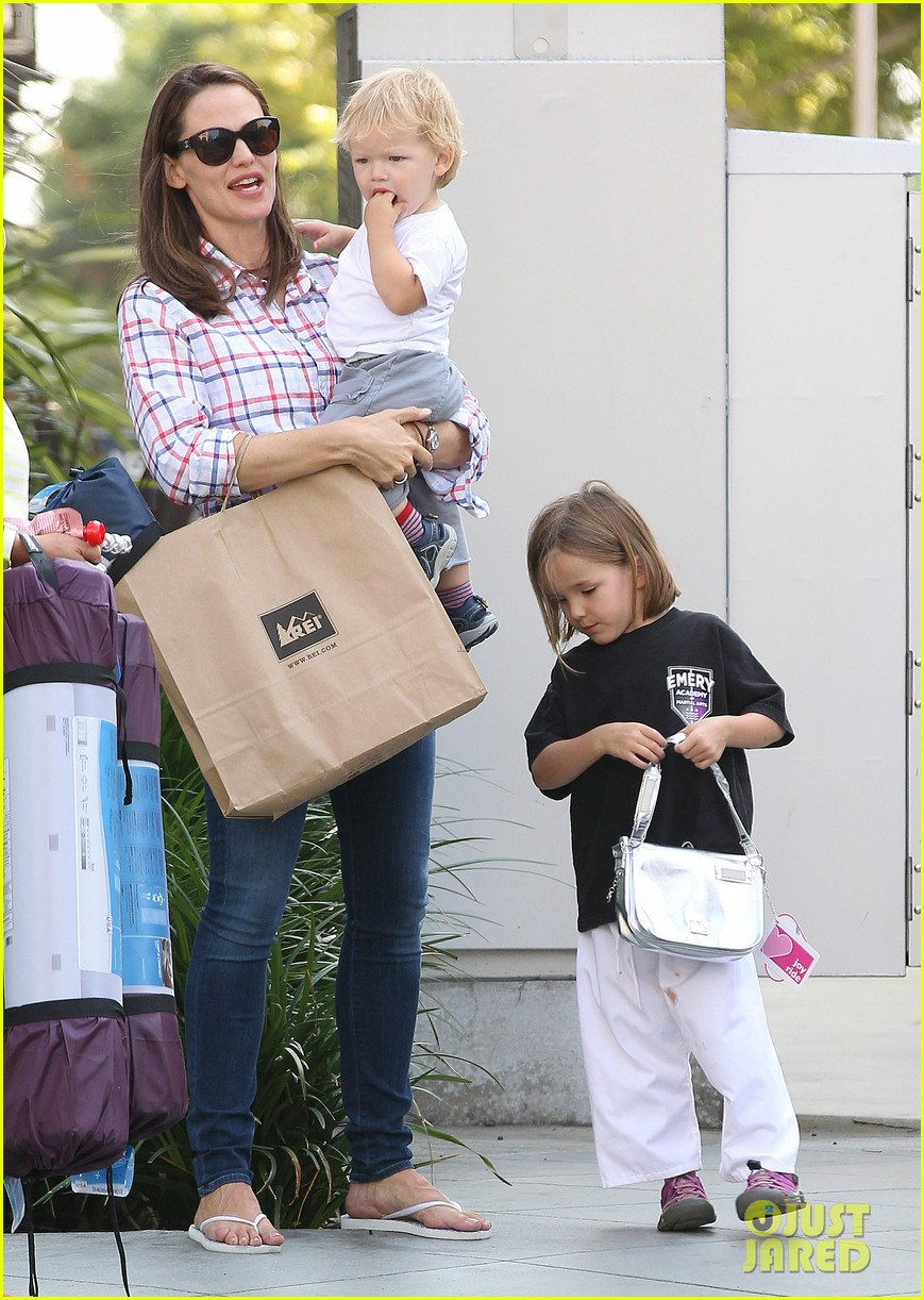 jennifer garner is back with the kids after big apple trip 152914259