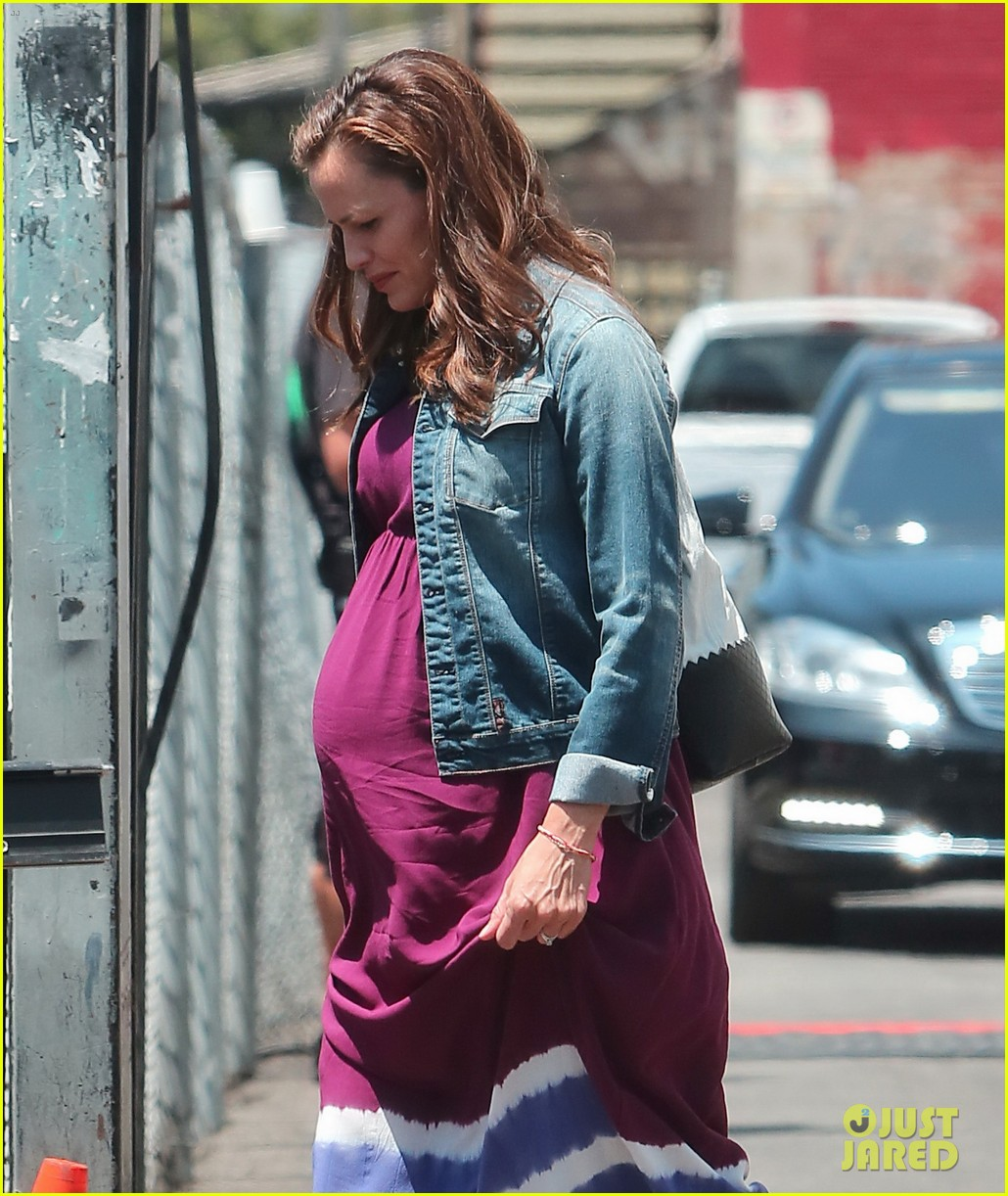 jennifer garner wears fake baby bump for imagine filming 202919491