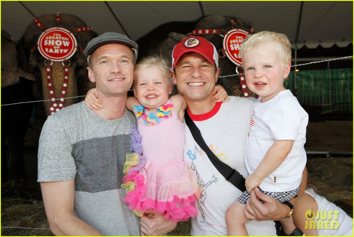 sarah michelle gellar neil patrick harris circus with the kids 032909712