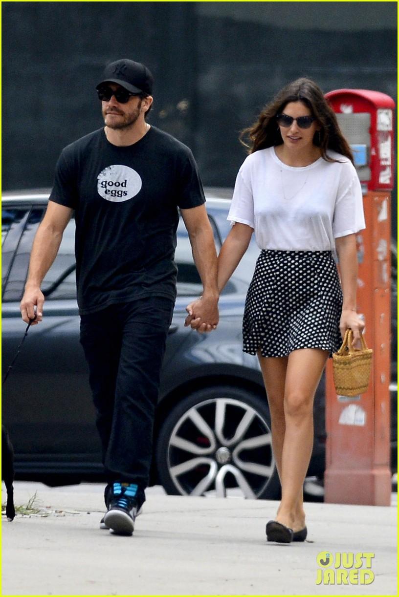 jake gyllenhaal alyssa miller holding hands 05