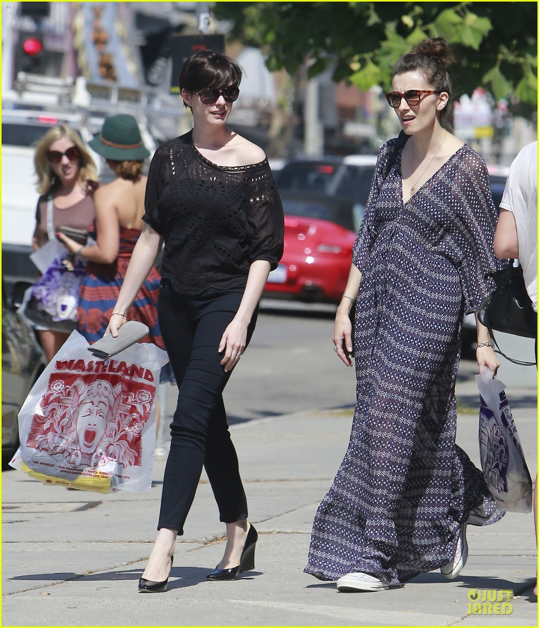 anne hathaway wasteland shopping with adam shulman 01