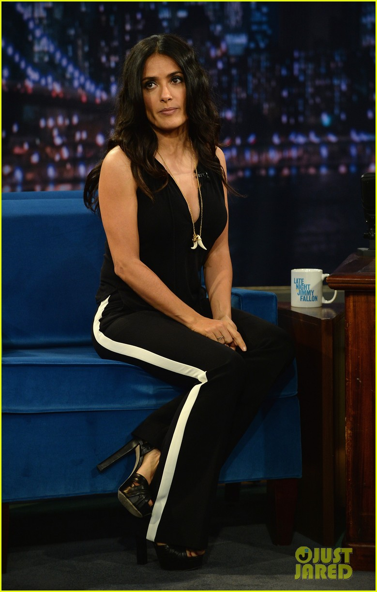 salma hayek plays beer pong on late night with jimmy fallon 04