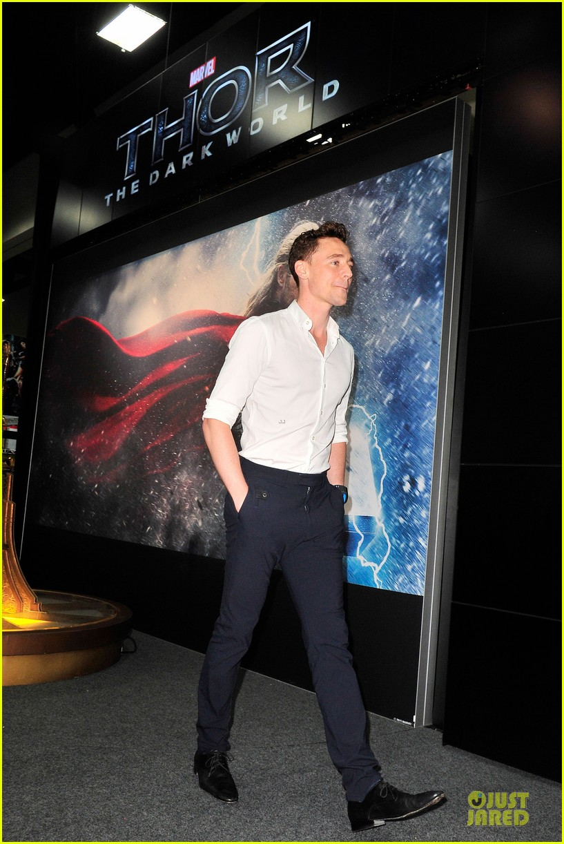 tom hiddleston thor autograph signing at comic con 012914437