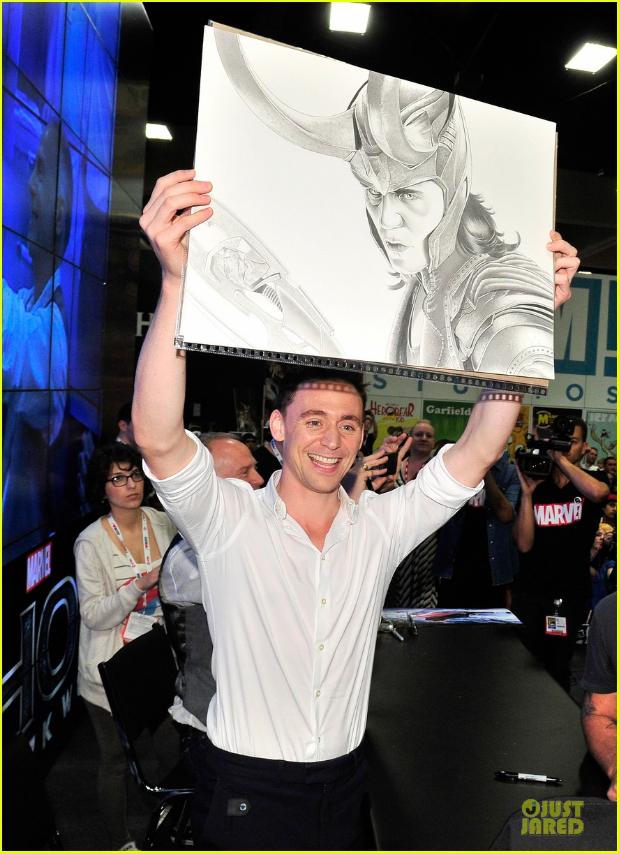 tom hiddleston thor autograph signing at comic con 02