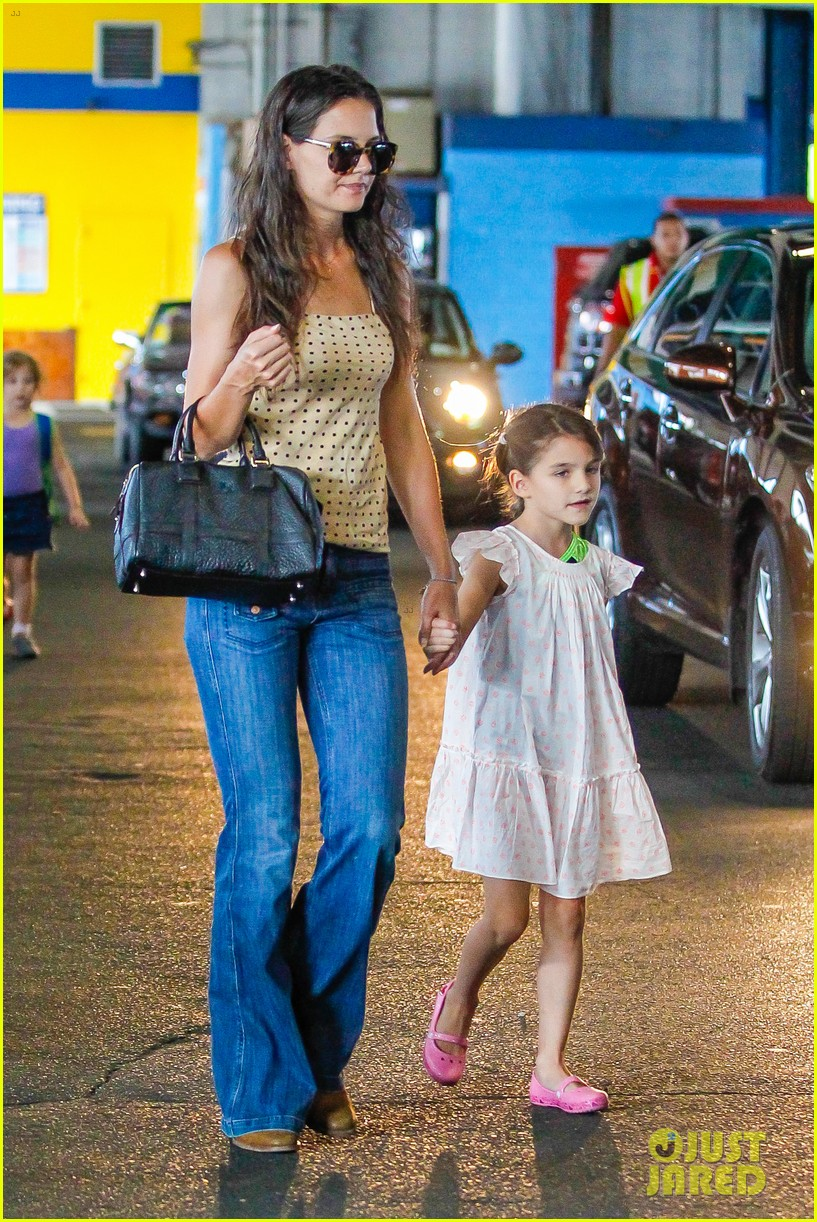 katie holmes picks suri up from gym class 10