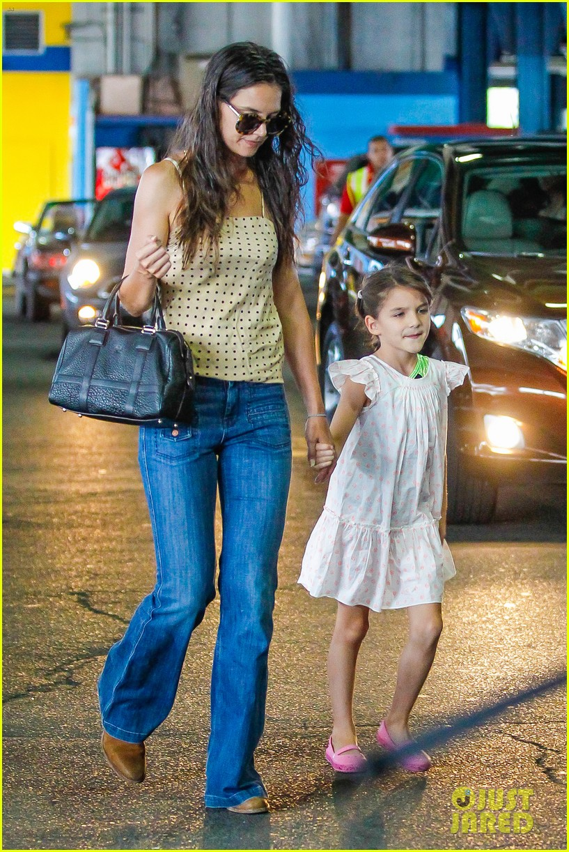 katie holmes picks suri up from gym class 122909918