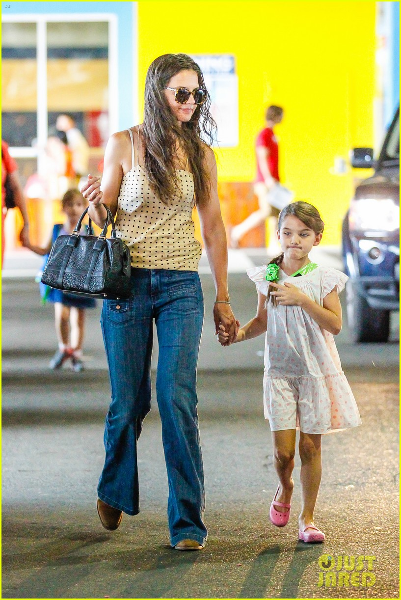katie holmes picks suri up from gym class 142909920