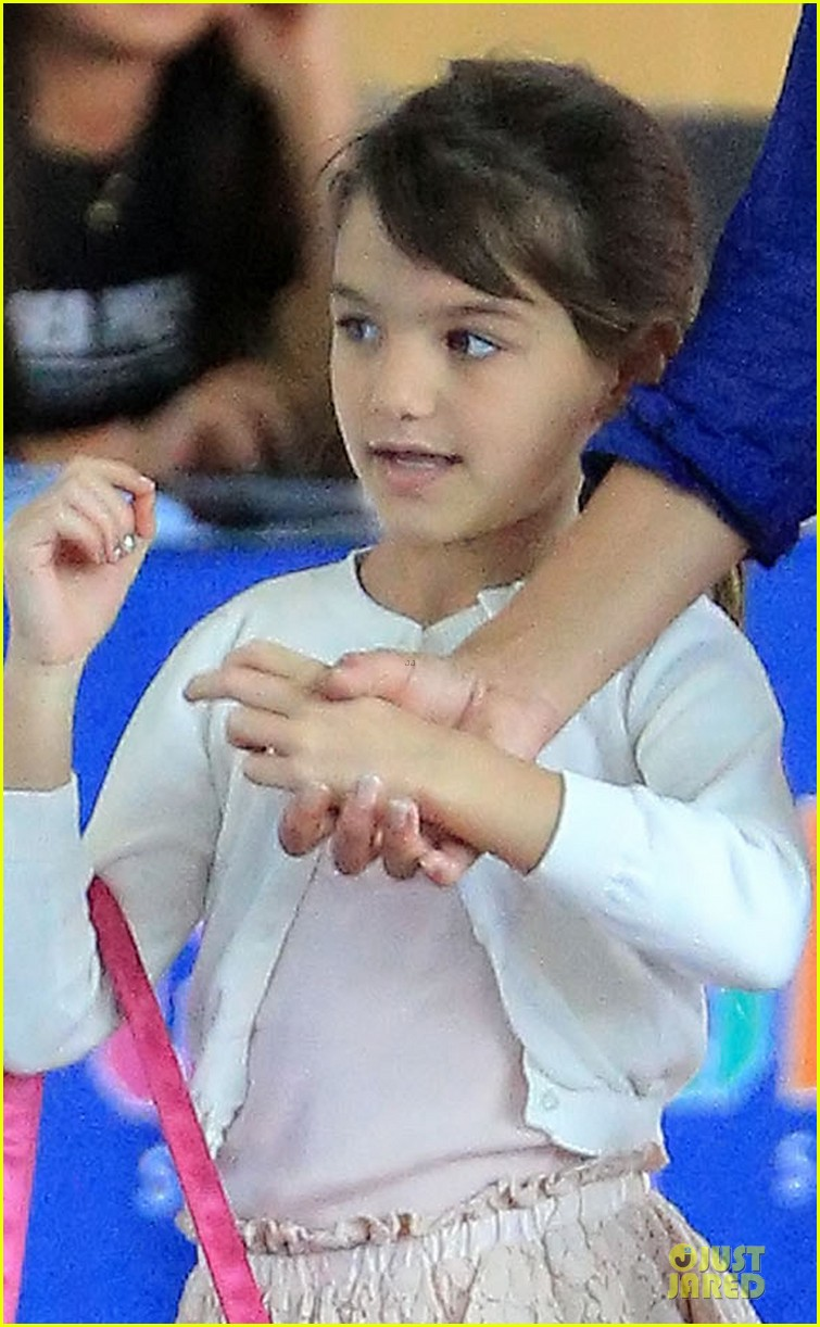 katie holmes suri hold hands before gymnastics 022908600