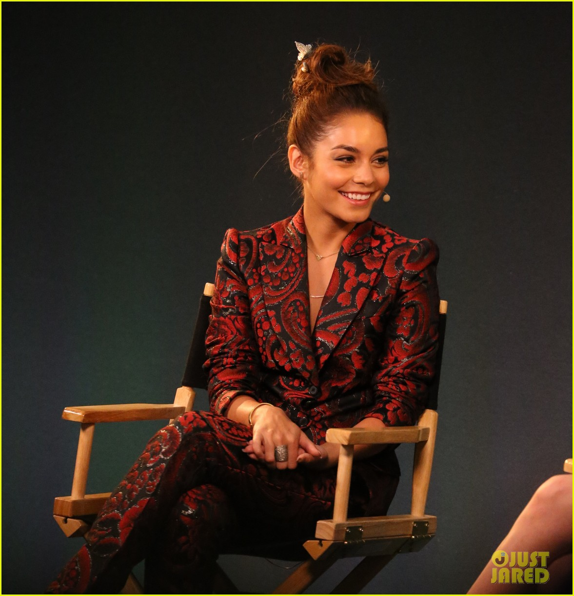 vanessa hudgens promotes at the apple store 032910389