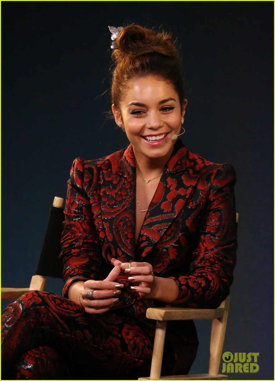 vanessa hudgens promotes at the apple store 082910394