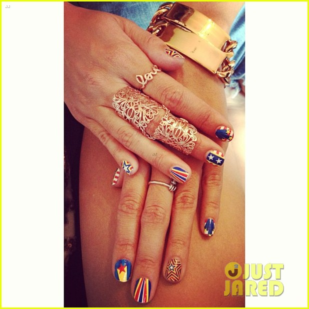 vanessa hudgens check out my july 4th nails 042904859