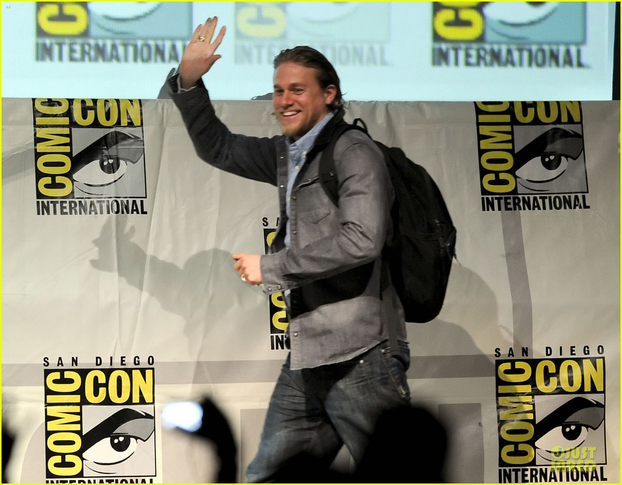 charlie hunnam son of anarchy panel at comic con 082914234