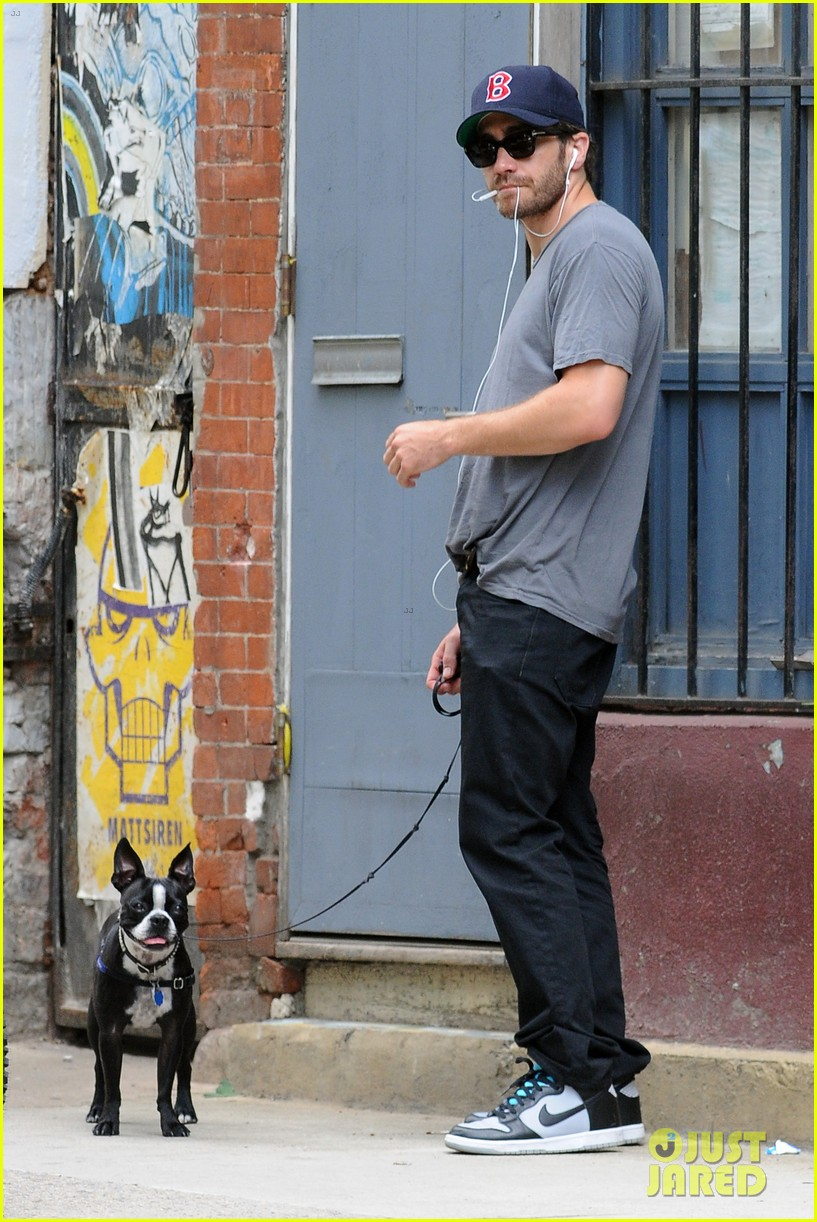 jake gyllenhaal takes his dog for a walk in nyc 03