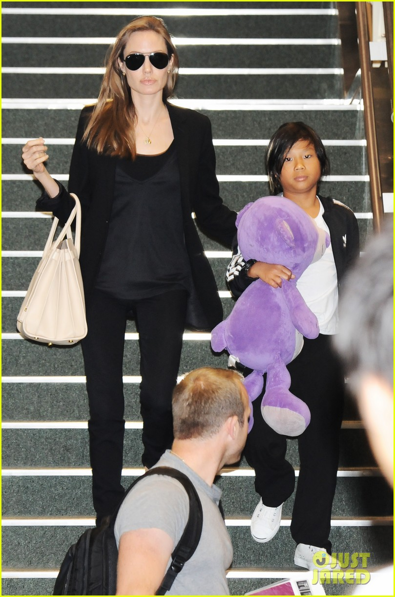 angelina jolie brad pitt japan exit with the kids 032919929