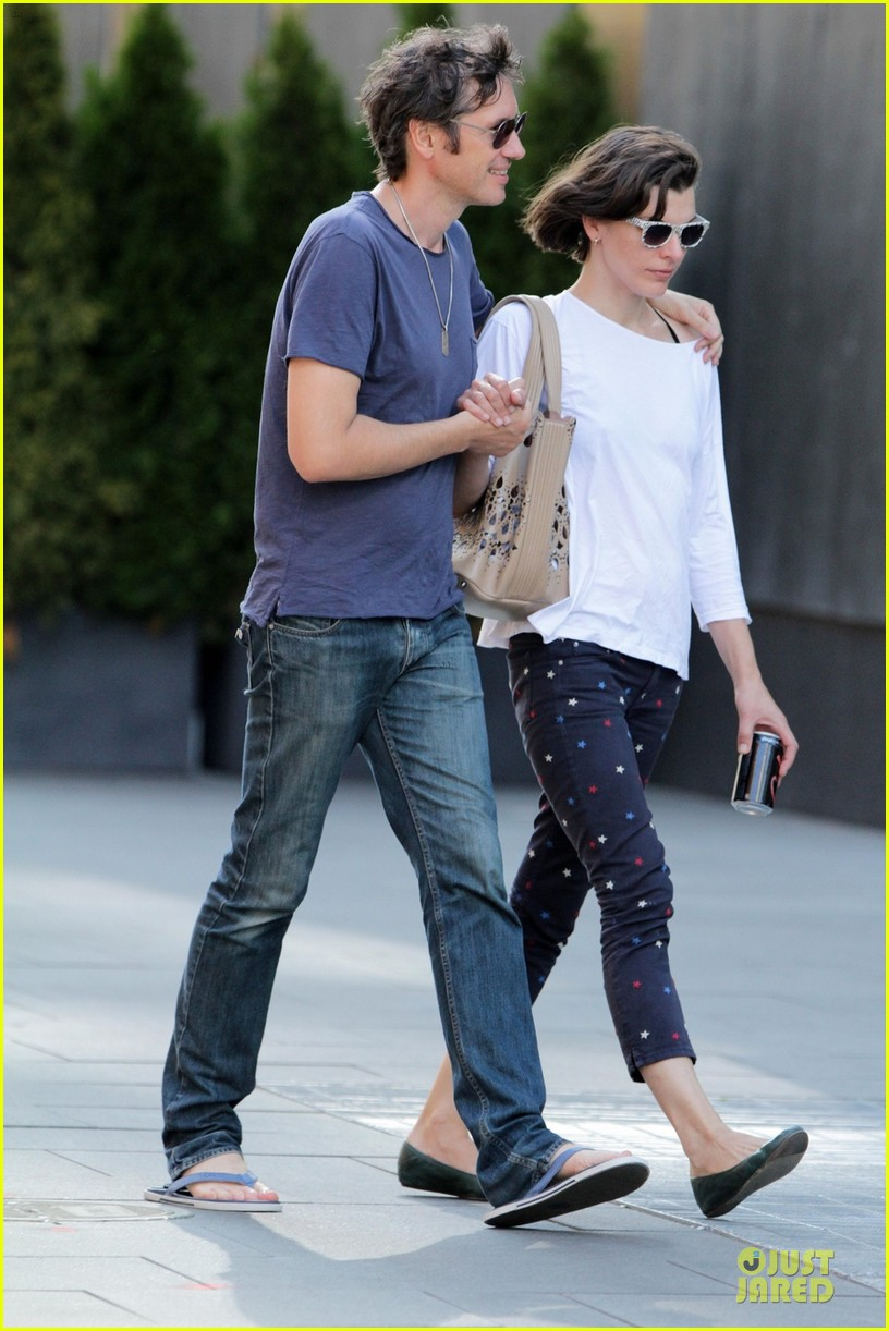 milla jovovich paul ws anderson hold hands in toronto 012909037