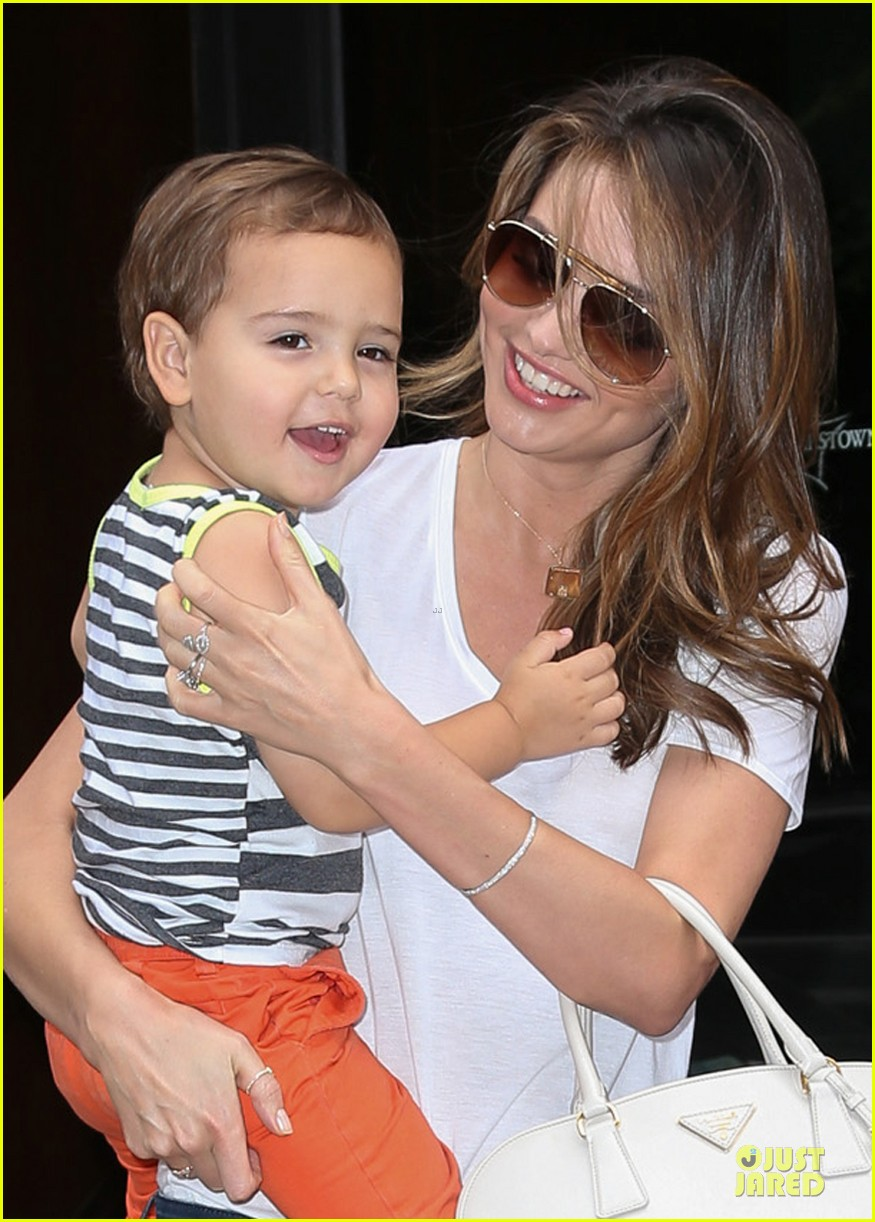 miranda kerr receives kiss on the cheek from flynn 04