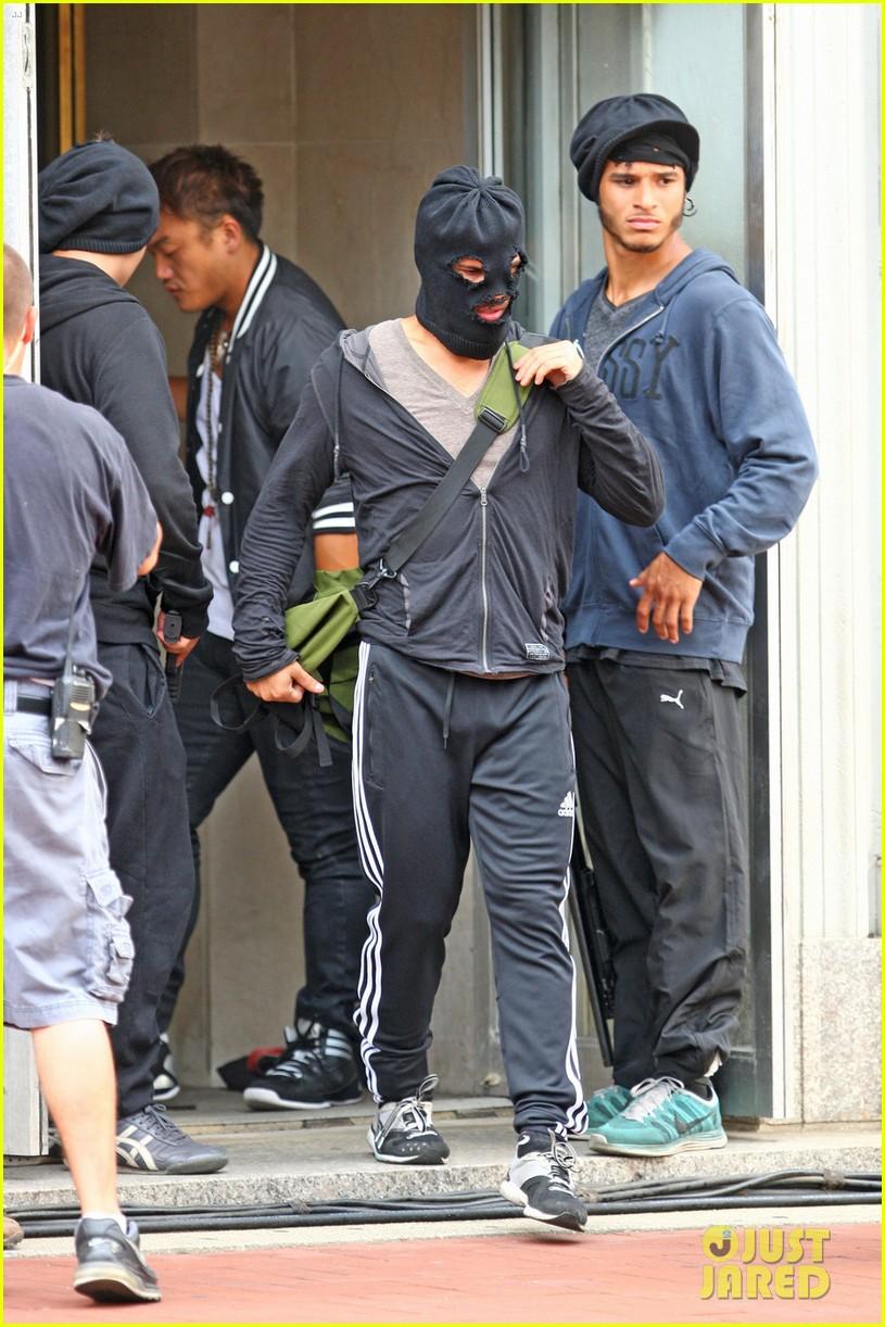 taylor lautner walks in socks on tracers set 13 Taylor Lautner
