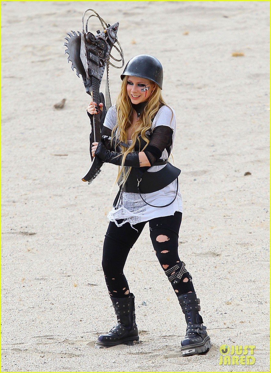 avril lavigne chainsaw action for rock n roll video shoot 01