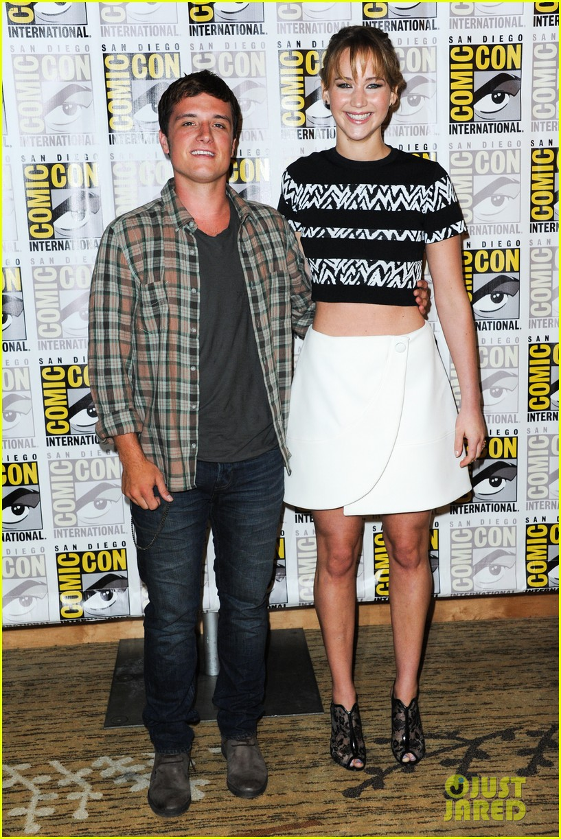 jennifer lawrence debuts catching fire trailer at comic con 092913356
