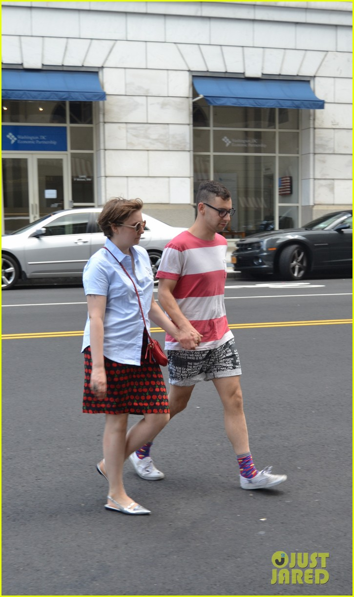 lena dunham jack antonoff hold hands on independence day 02