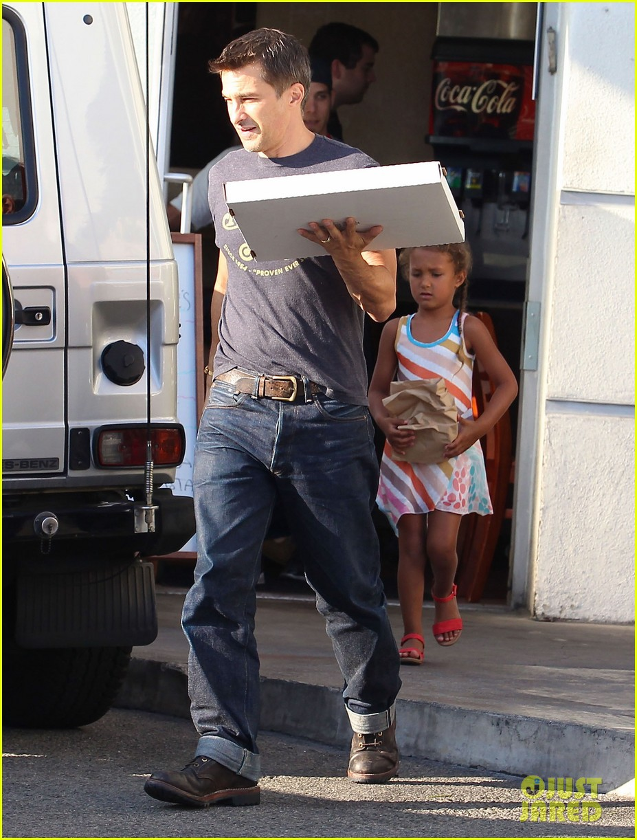 olivier martinez nahla pick up pizza for dinner 05