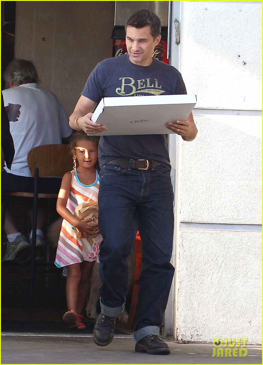 olivier martinez nahla pick up pizza for dinner 092919139