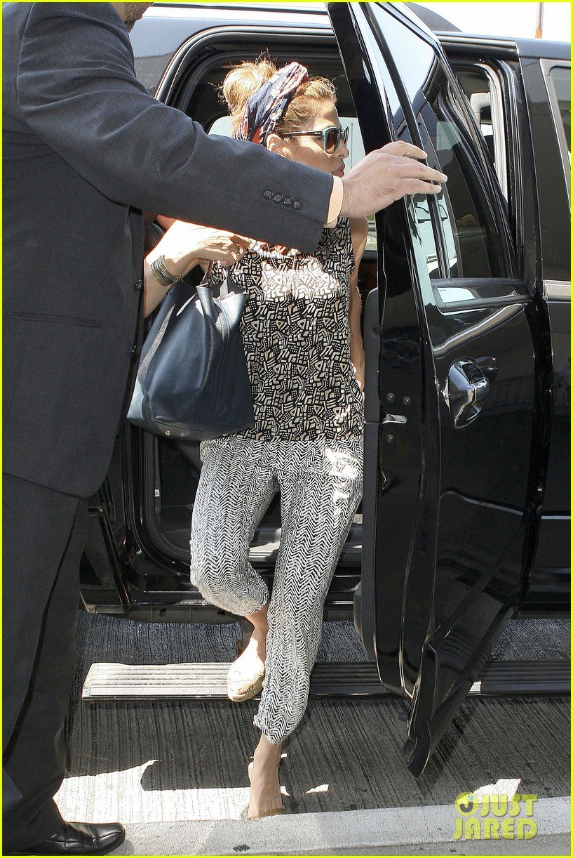 eva mendes flies out of los angeles 03