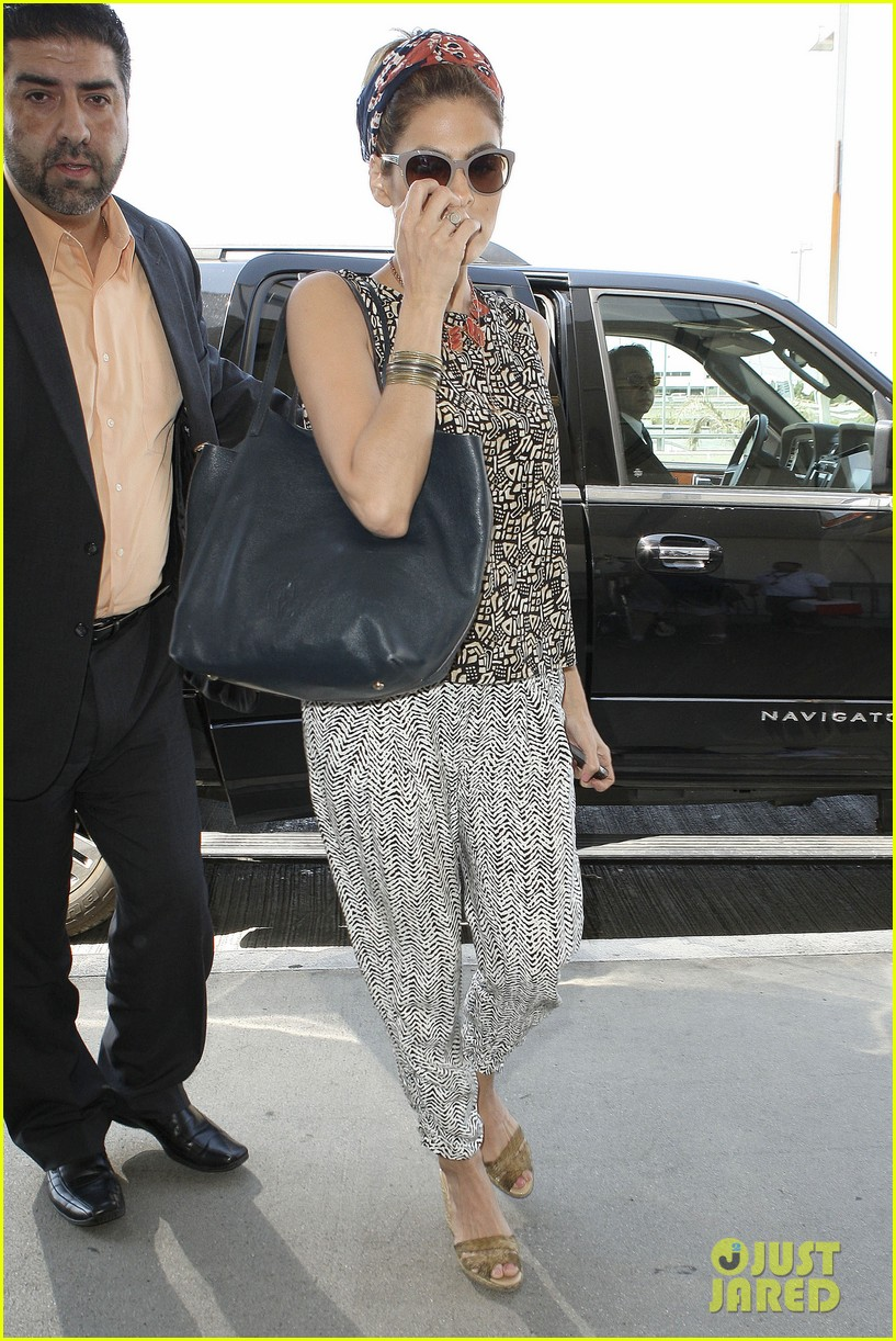 eva mendes flies out of los angeles 08