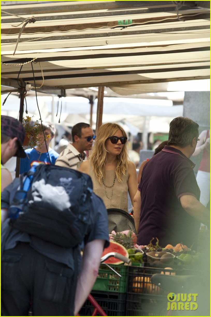sienna miller tom sturridge shop healthy in rome 08
